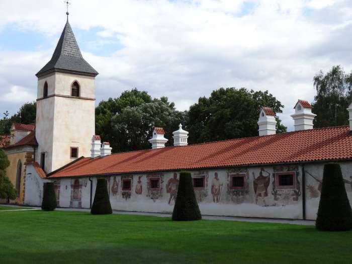 Kasteelgebouw met toren en op de muur geschilderde personen