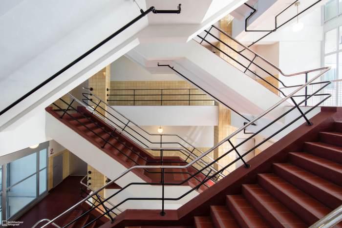 Rood-witte trappenhuis Van Nellefabriek met chromen leuningen