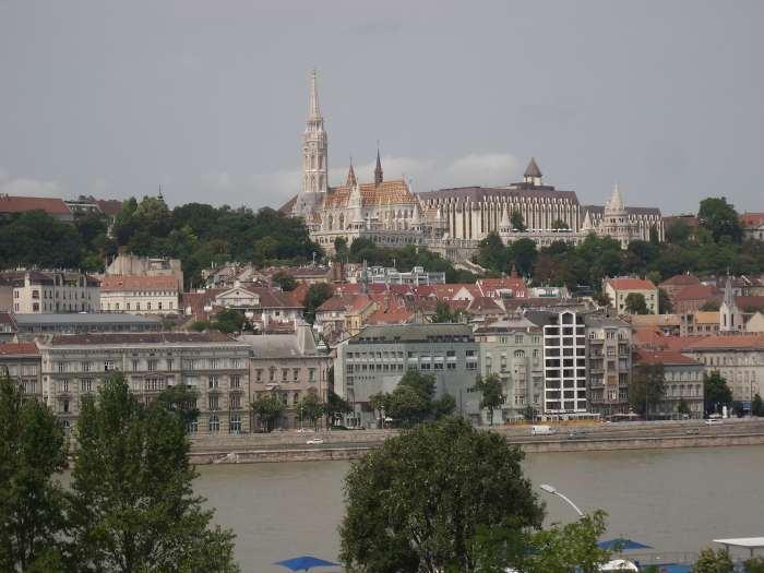 Zicht op stadsdeel Boeda met de torens van Matthiaskerk en Vissersbastion