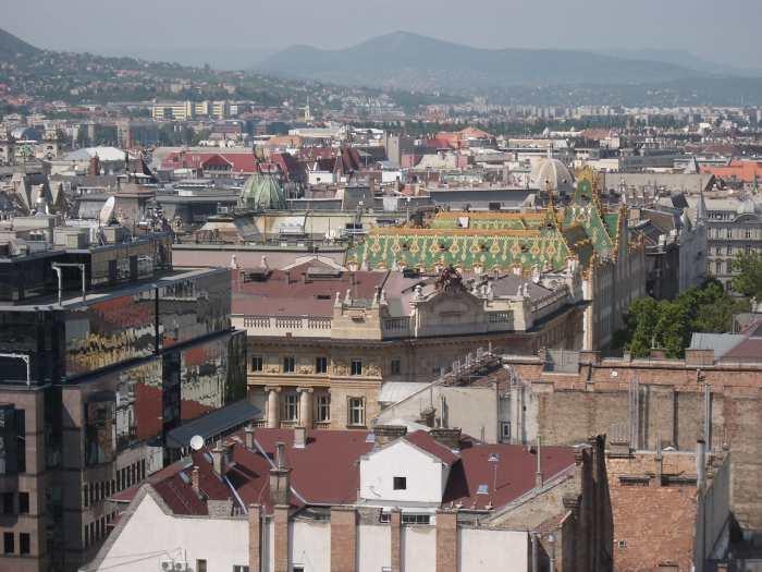 Daklandschap Boedapest met in het midden het geglazuurde groen-oranje dak van museum voor kunstnijverheid