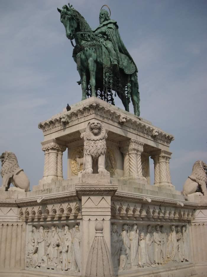 Ruiterbeeld Stefanus op marmeren voetstuk met gedraaide zuilen leeuwen op de hoek