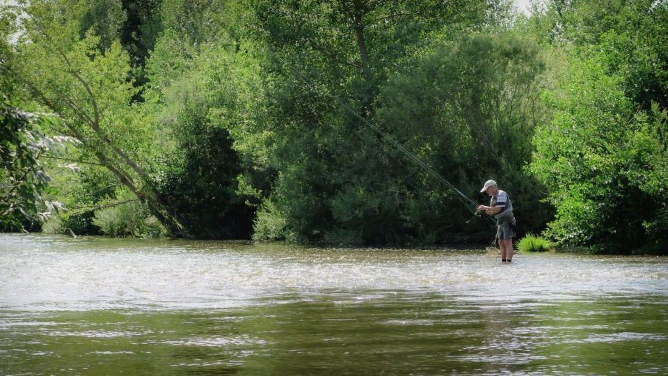 Une randonnée en canoë sur l'Allier est l'occasion de croiser de nombreux pêcheurs : ici, un homme à la pêche