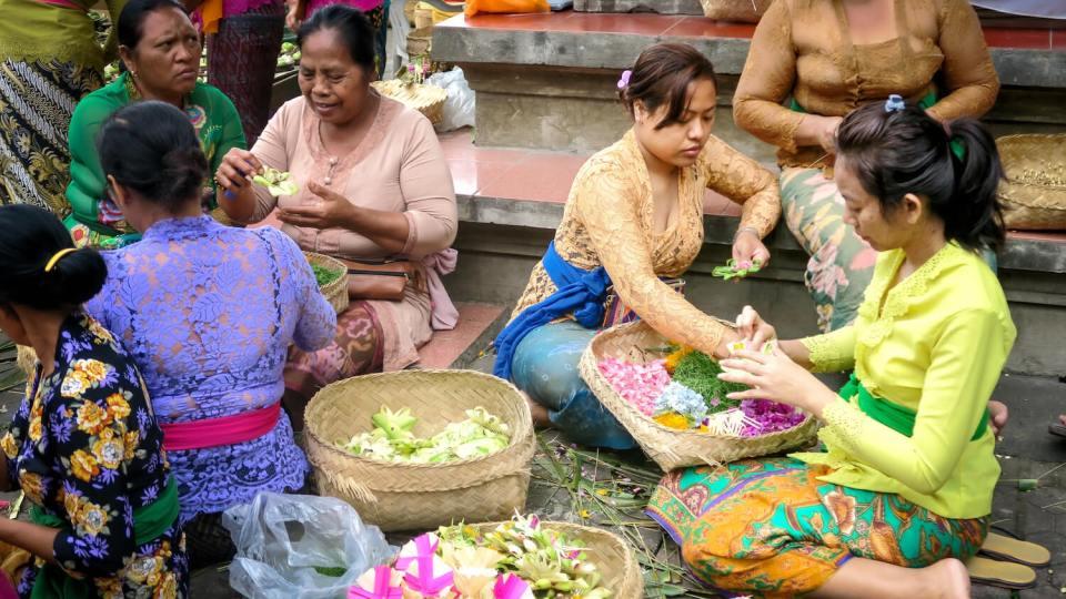 Femmes à Ubud préparant des paniers d'offrandes