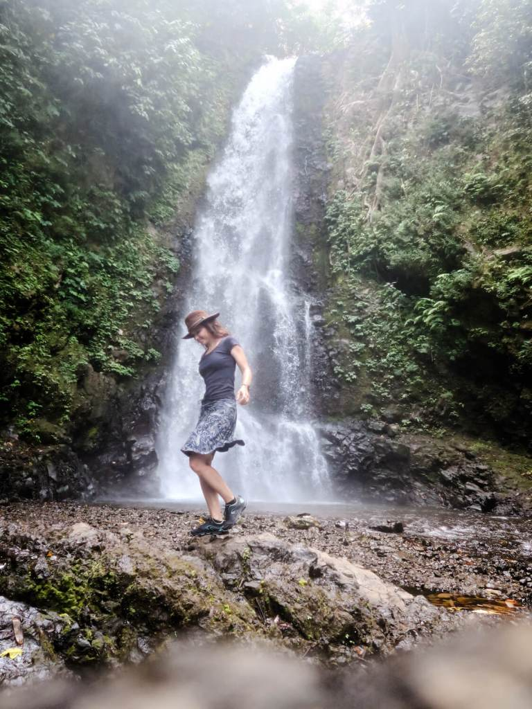Aude devant Melanting Waterfall, l'une des cascades de Munduk