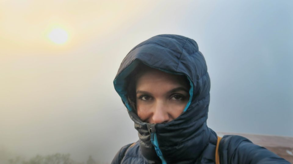 Aude au sommet du Mont Batur, emmitouflée dans sa doudoune