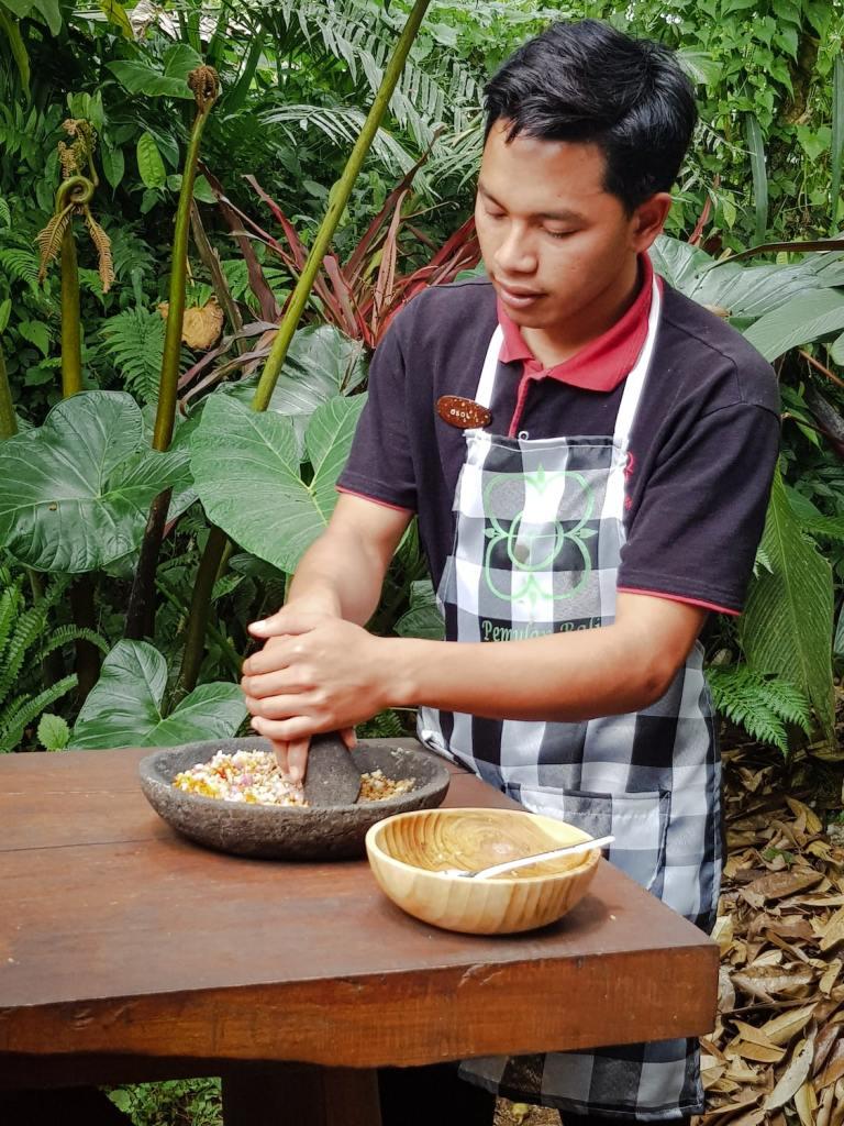 Chef cuisinier à Bali qui broie des épices au mortier