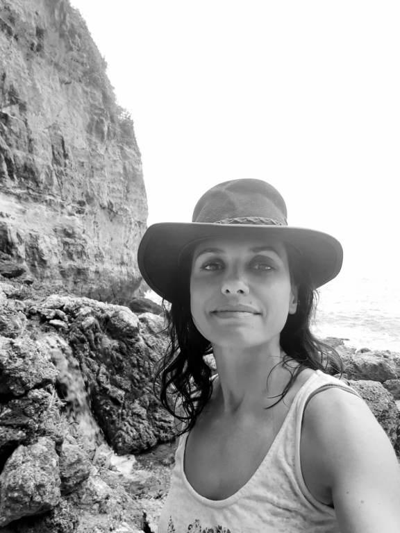Autoportrait au pied des falaises du site de Seganing Waterfall, Nusa Penida, Bali