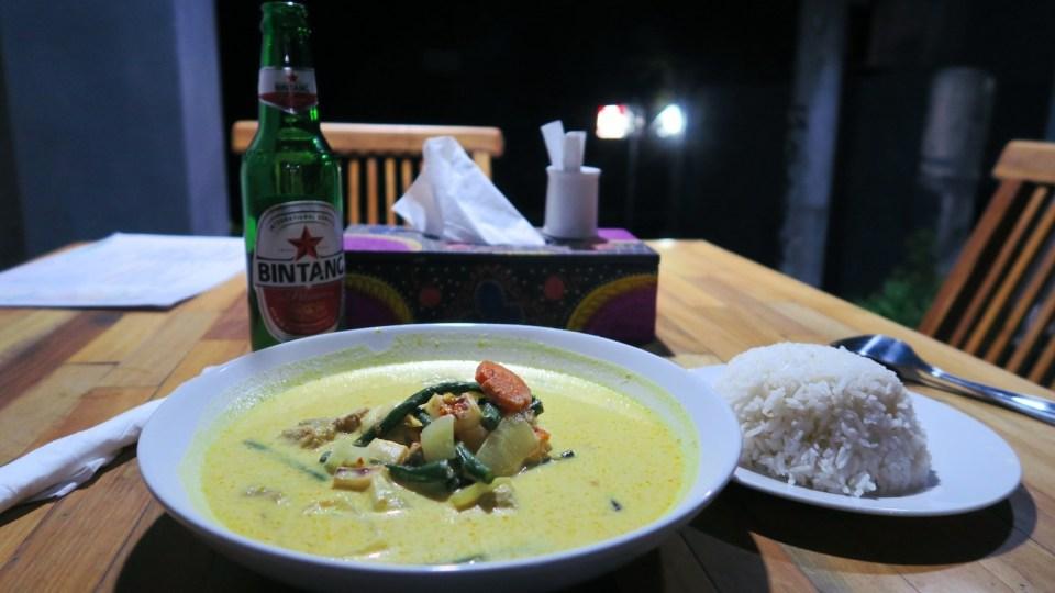 Dîner simple mais efficace à Nusa Penida composé d'un curry et d'une bière