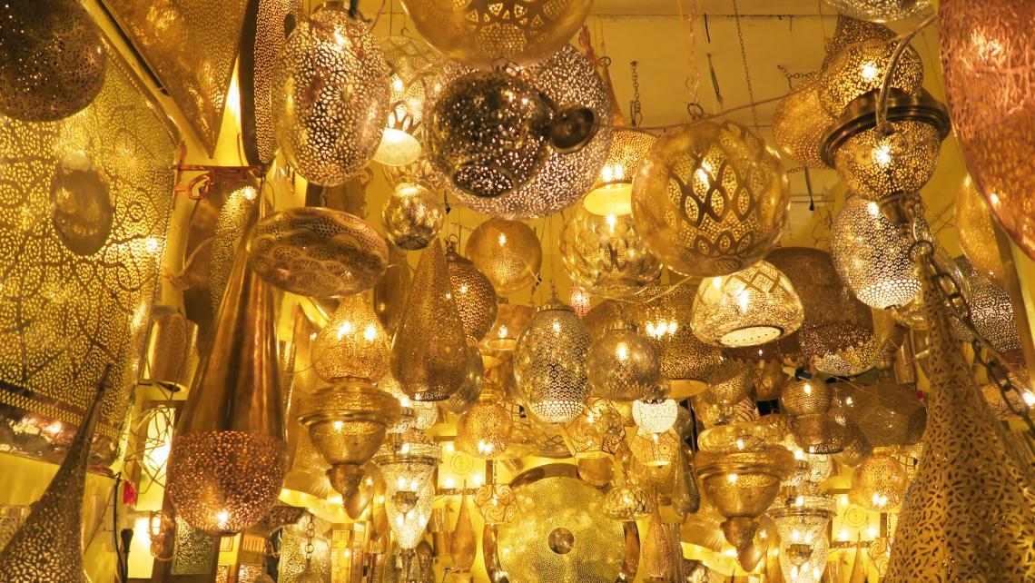 Boutique de luminaires et lanternes dans les souks de Marrakech