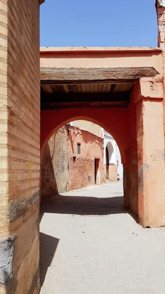 Ruelle déserte de la médina de Marrakech