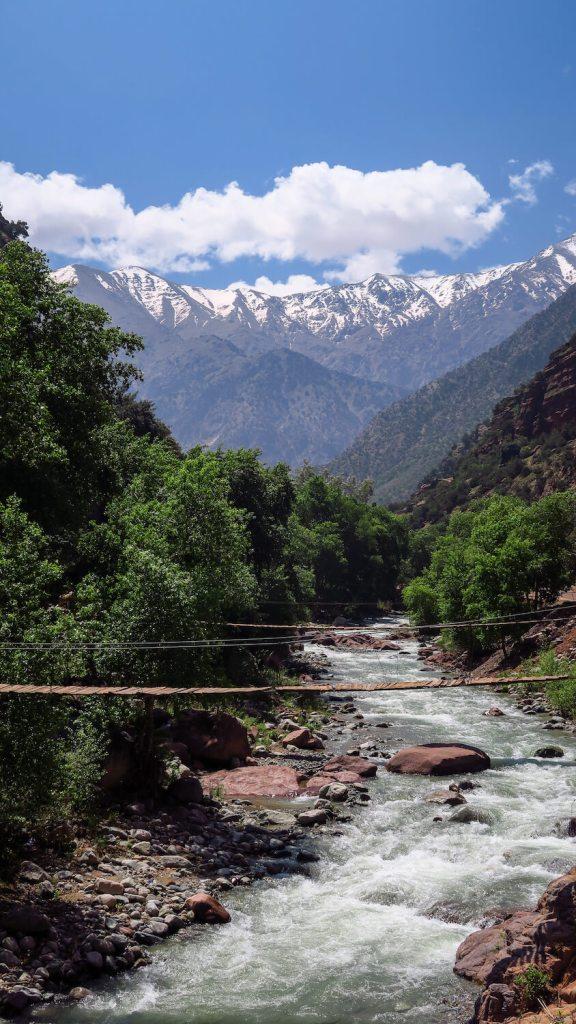 Vue sur la rivière Ourika avec chaîne des montagnes du Haut-Atlas en fond