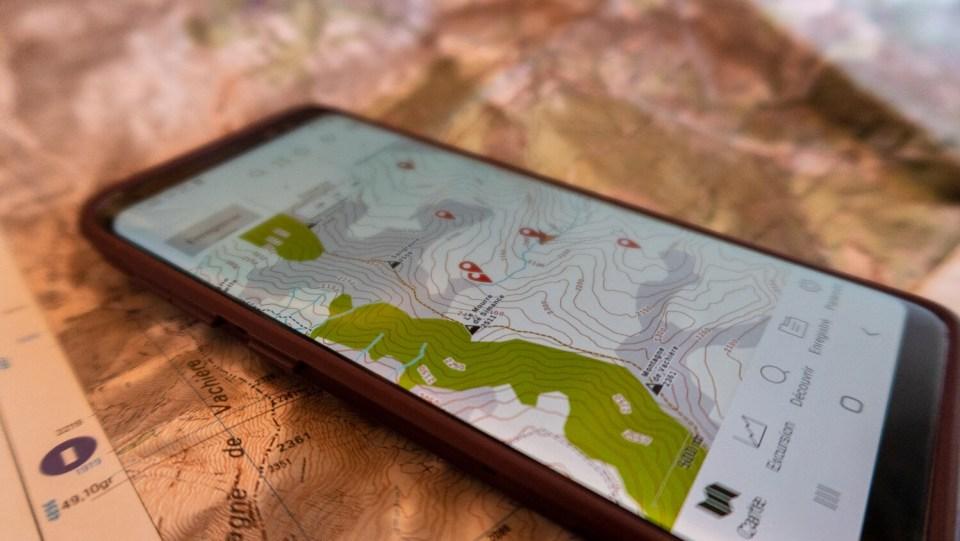 Smartphone avec carte IGN et GPS