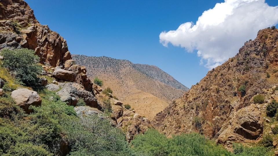 Paysage de la vallée de l'Ourika sur fond de ciel bleu