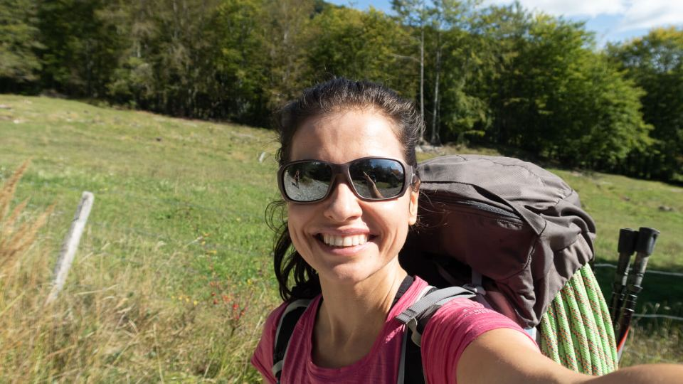 Femme souriant sur fond de prairie, Mont Aiguille