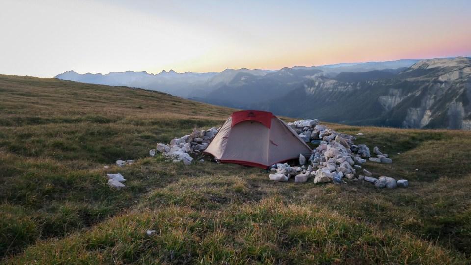 Tente pour bivouac au sommet du Mont Aiguille