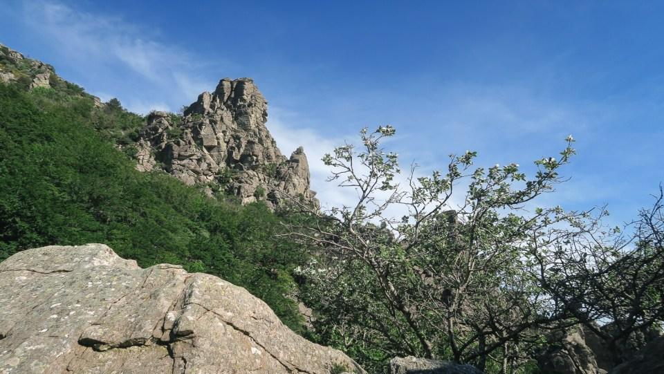 Vue sur les rochers du Caroux depuis les gorges de Colombières