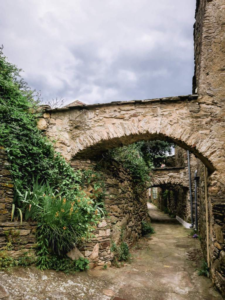 Vieilles maisons en pierres dans le village de Saint-Martin-de-l'Arçon