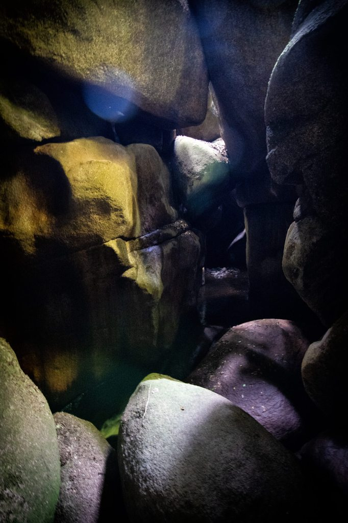Lumières qui se reflètent dans un tas de rochers empilés