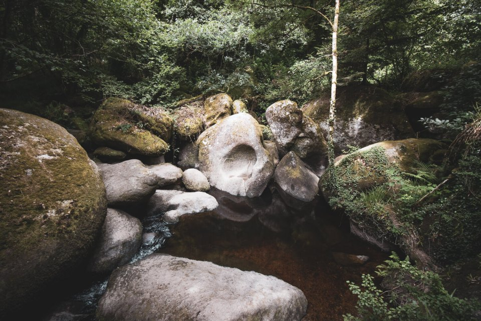 Roche percée au bord de la rivière d'Arent dans la forêt d'Huelgoat