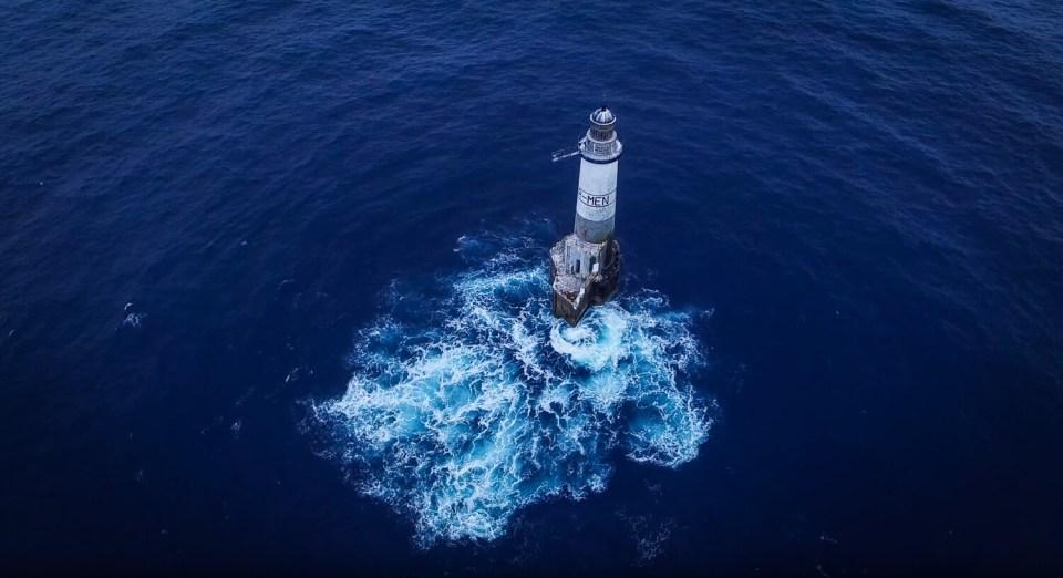 Le phare d'Ar-Men, en Bretagne, isolé au milieu de l'Océan