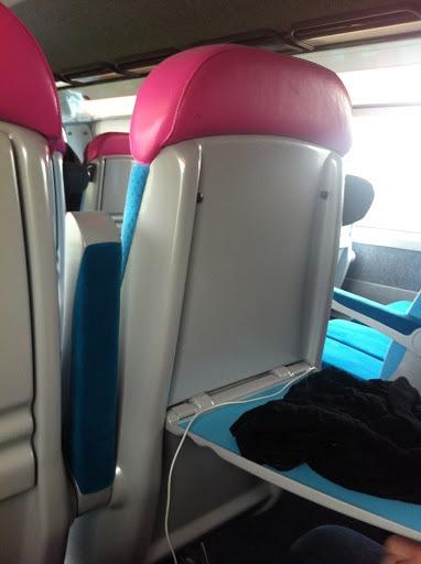Siège rose et bleu du TGV Ouigo