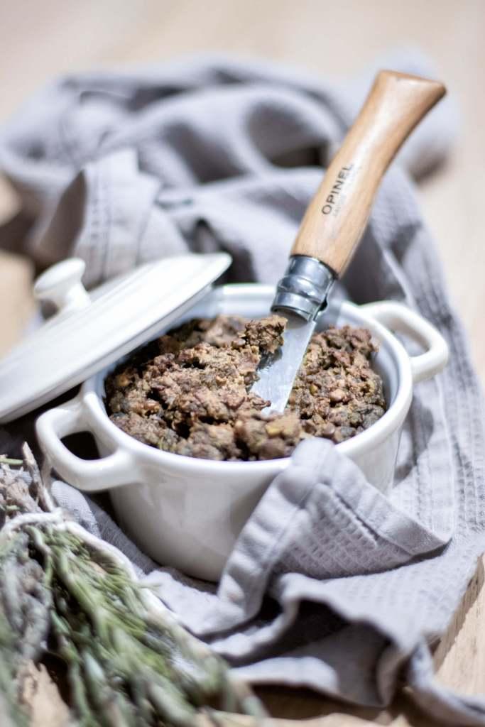 Pâté végétal façon terrine de campagne vegan, avec opinel, terrine en céramique et torchon