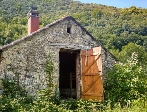 La pièce du haut du mazet s'ouvre sur l'extérieur par une porte-fenêtre