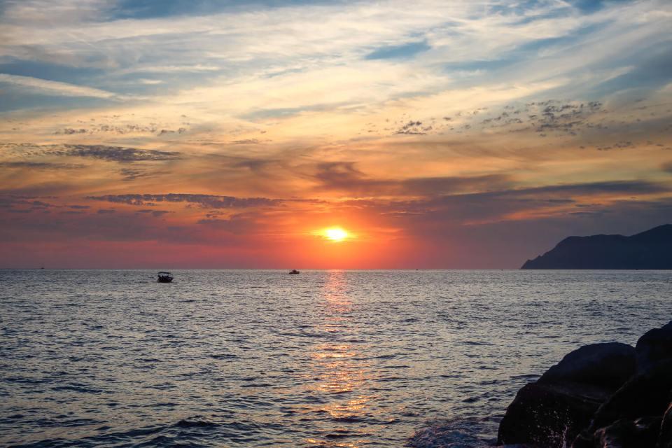 Coucher de soleil plein ouest photographié depuis la digue de Riomaggiore, Cinque Terre