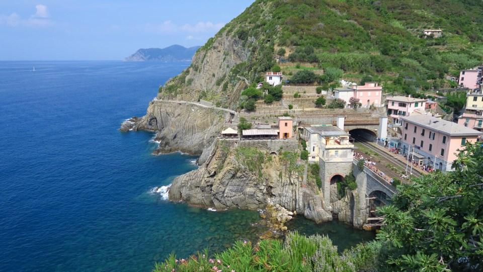 La gare de Riomaggiore, suspendue entre falaise et tunnel
