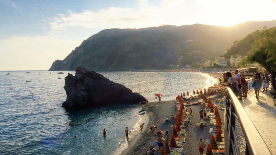 La plage aménagée de Monterosso, Cinque Terre, au coucher du soleil