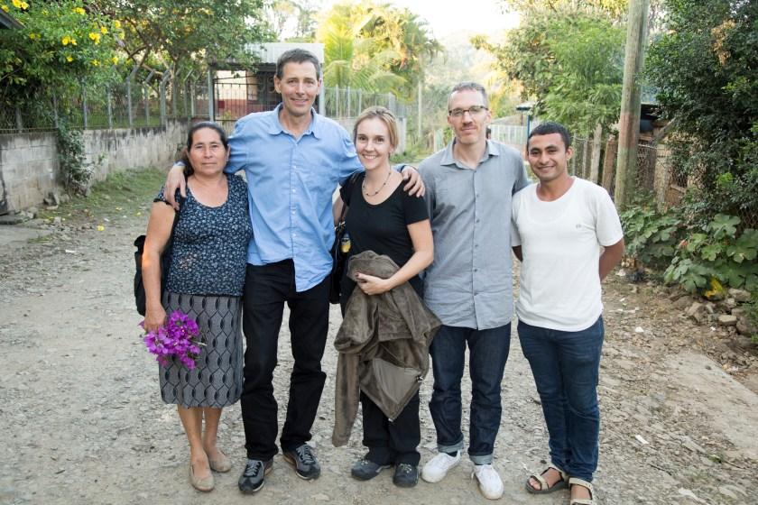 De izquierda a derecha, Dora Leiva, Philippe Bourgois, Angelina Snodgrass Godoy, Alex Montalvo, y Peter Nataren después de un recorrido al sitio de la masacre de Santa Cruz. (Foto: Keny Sibrian)