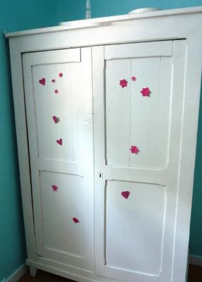 une armoire blanche un dessin d enfant un grain de flolie. Black Bedroom Furniture Sets. Home Design Ideas