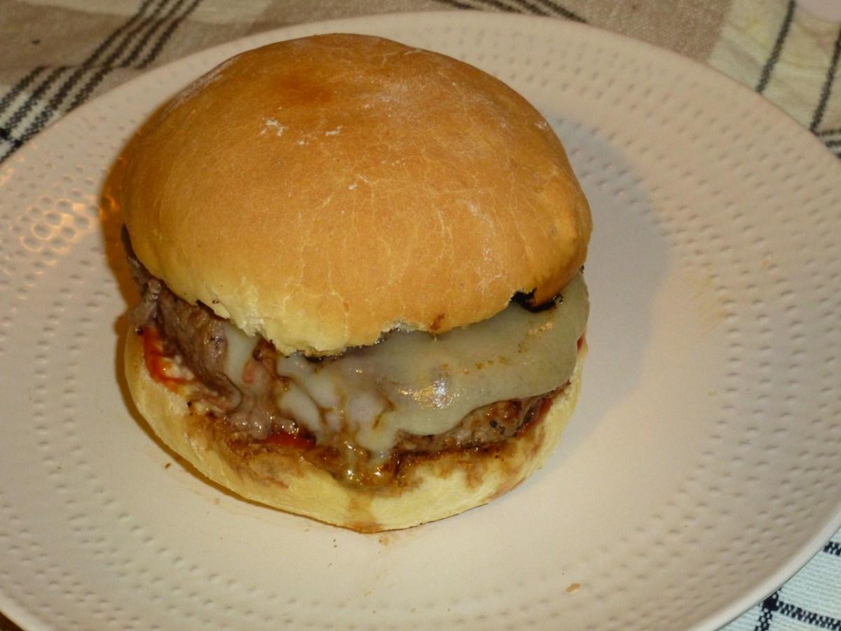 Le Flolie burger { sauce maison, morbier & oignons confit}