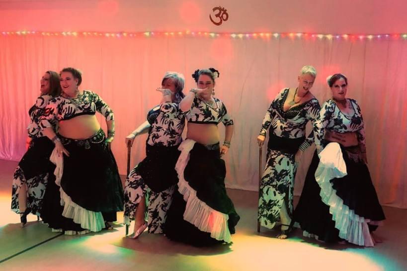Sechs Tänzerinnen des Ensemble Traum-Zeit in einer Formation.