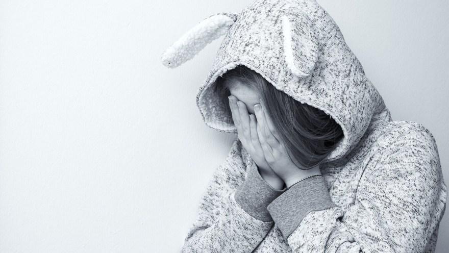 うさぎの被り物をした女性が泣いている画像