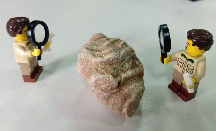 figurine de lego analizând o rocă, fotografie ilustrație știre geoparc lego