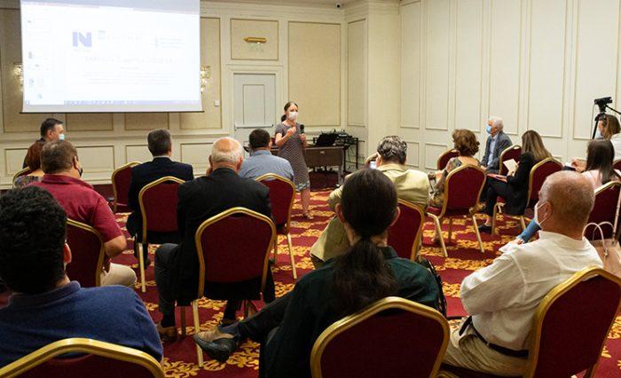 participanți în sală de conferințe, universitatea din bucurești