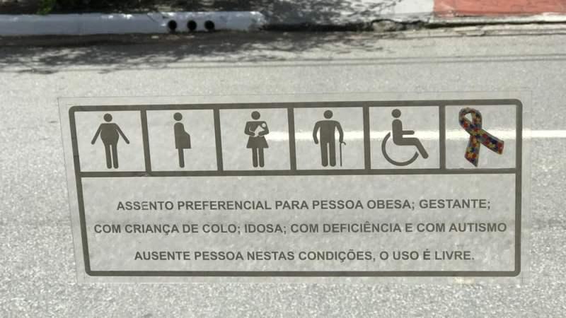 Ônibus de São Paulo passam a incluir símbolo do autismo nos assentos preferenciais; Informação já está presente nos ônibus de Natal