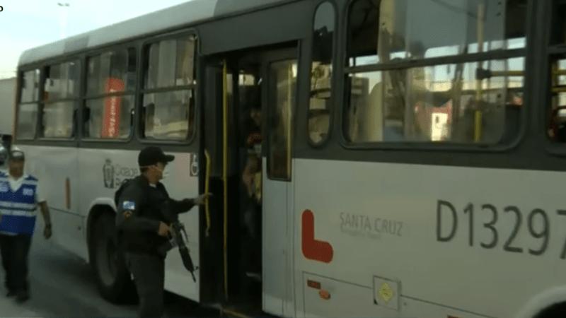 PM retira passageiros que viajam em pé nos ônibus no Rio de Janeiro