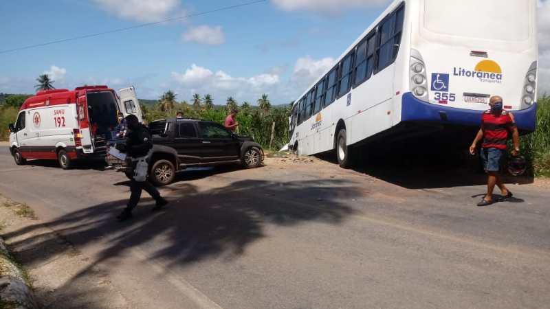 Em Nísia Floresta, ônibus da Litorânea e carro de passeio se envolvem em acidente