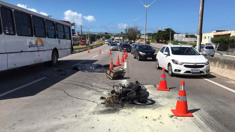 Parnamirim: Homem morre e moto pega fogo após acidente com ônibus na BR-101