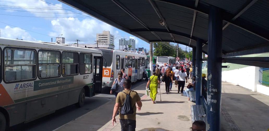 Alagoas: Em greve, funcionários da Veleiro bloqueiam avenida e pedem pagamento