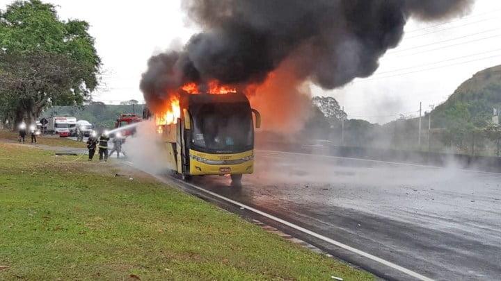 Ônibus da Itapemirim pega fogo na Via Dutra, em São Paulo