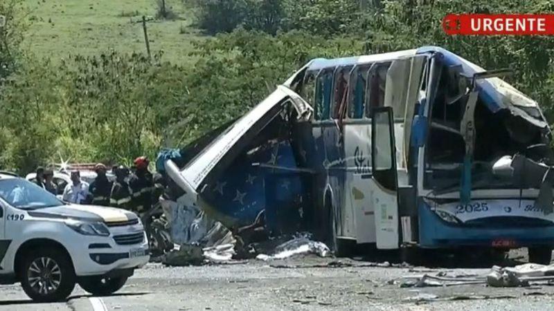 Acidente com ônibus e caminhão deixa 41 mortos no interior de São Paulo