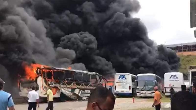 BA: Incêndio atinge garagem de ônibus e destrói veículos em Salvador