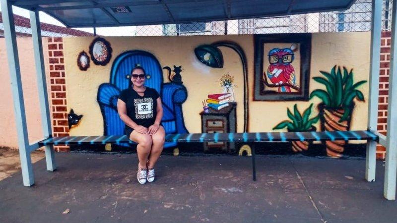 Artista transforma ponto de ônibus em sala de estar no interior do Paraná: 'Fazer para somar'