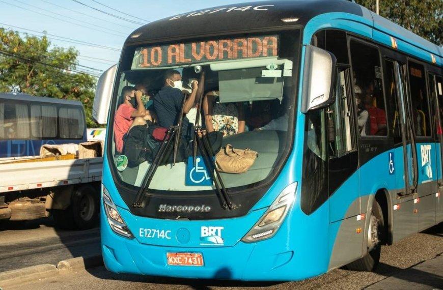 Covid-19: em meio à nova disparada da Covid, BRT continua com ônibus superlotados e aglomerações no Rio