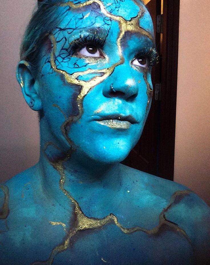 Blue painted woman with golden cracks