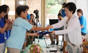閉会式で日本の修錬生代表に終了証を授与される真のお母様