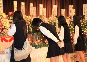 琴美さんの帰歓式で献花をする友人たち - コピー